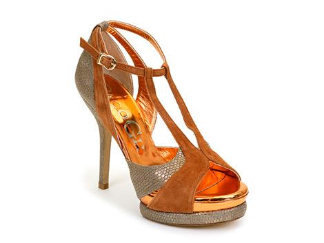 Zapatos de ante marrón con detalles de piel de serpiente