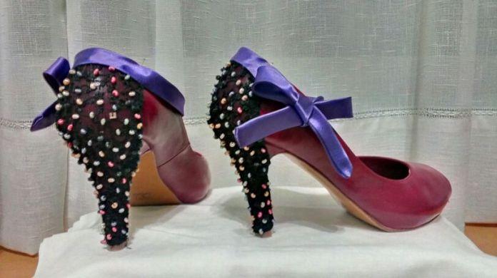 Zapatos de tacón con fundas personalizadas por Bayor Arts