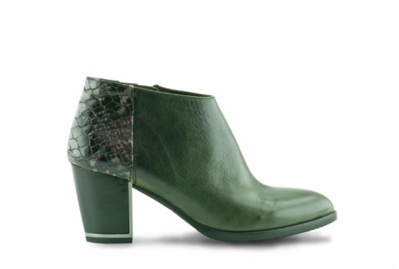 Zapatos abotinados con cordones de la marca de Elche Zinda con animal print en la ecuación