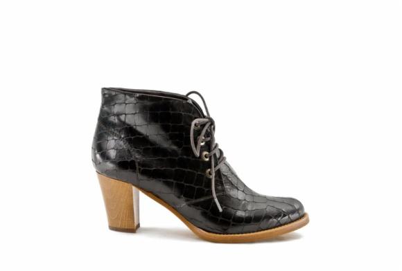 zapatos abotinados con cordones de la marca de Elche zinda